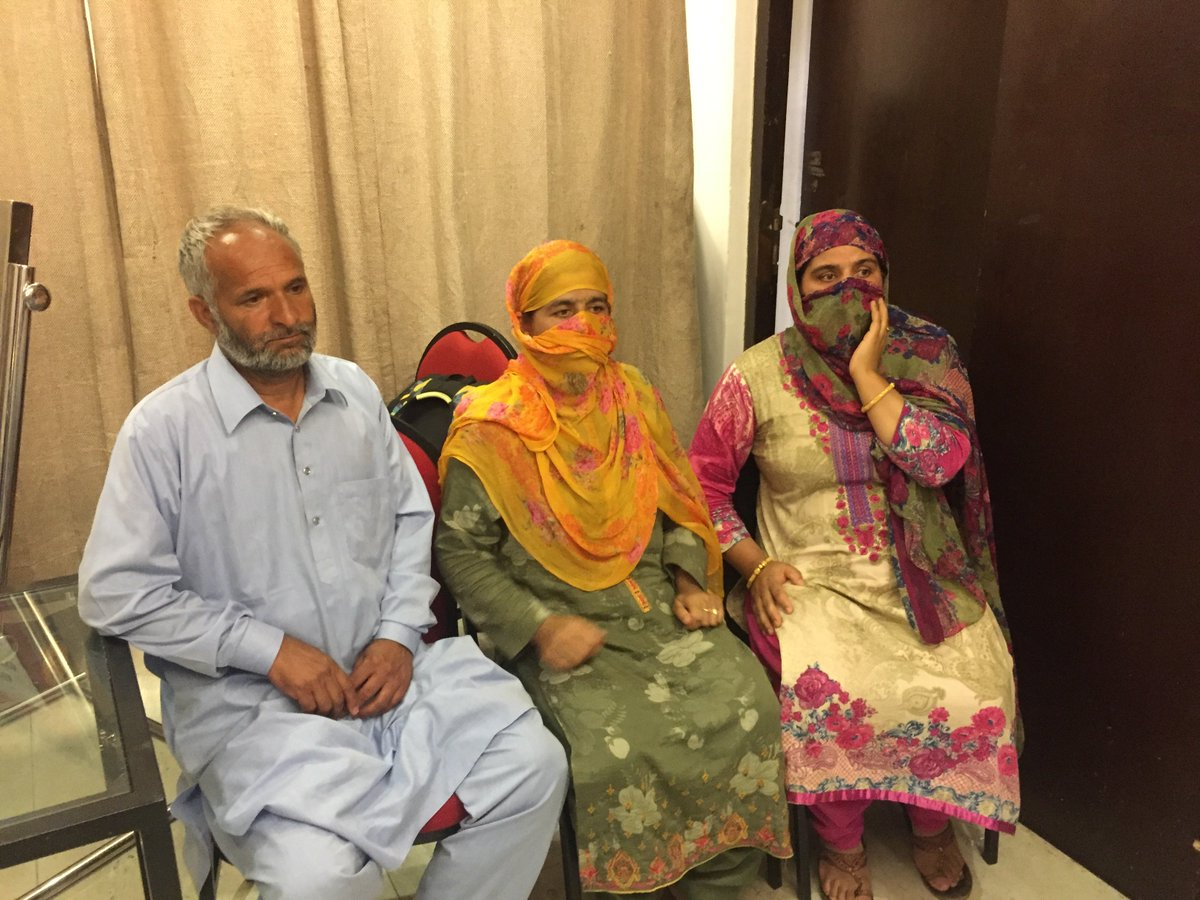 Greater Kashmir journalist Irfan Amin Malik detained, his parents says they have not been informed why. @sighyush speaks to the journalists family. Read here: bit.ly/GreaterKashmir…