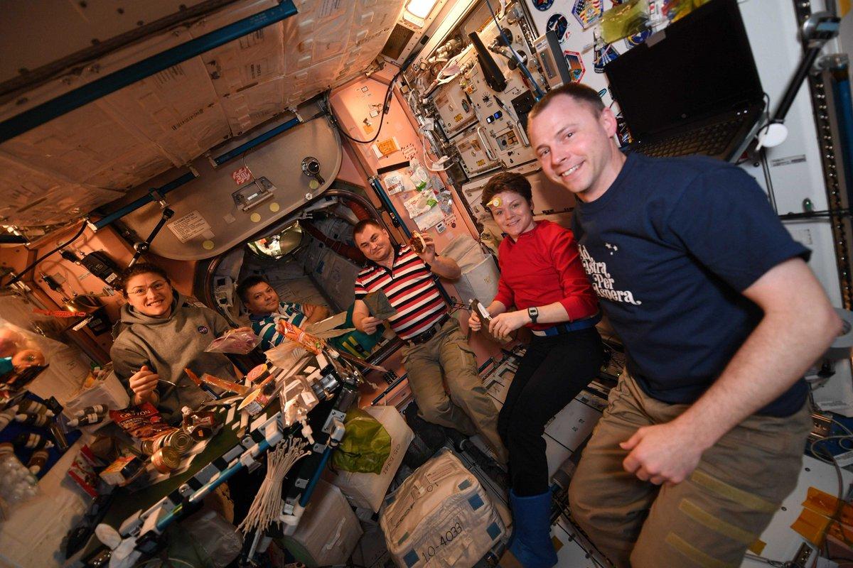 #TBT: Pizza night aboard the ISS! // #Jeudirétro : Pizza pour souper à bord de la Station spatiale! Miam! #DareToExplore #pizza #mission #iss #OsezExplorer #ssi @AstroHague @AstroAnnimal @Astro_Christina