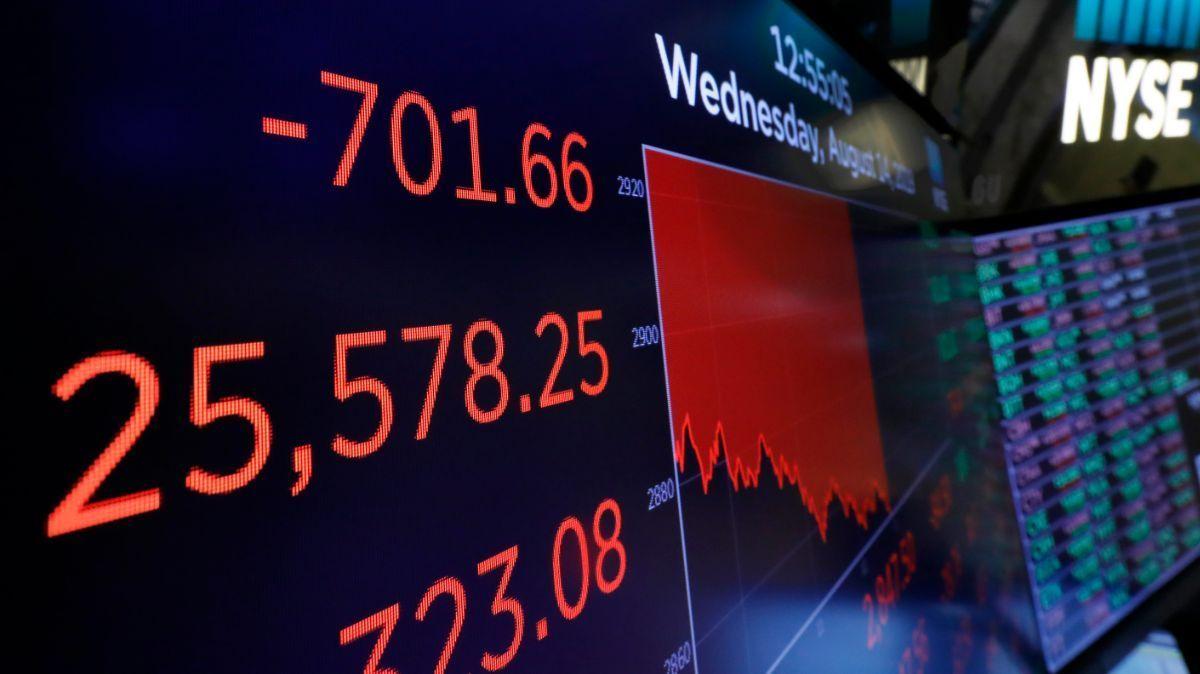 La caída en los índices bursátiles y las inversiones en #WallStreet activan las alarmas de los mercados ante una posible nueva #RecesiónEconómica Las perspectivas de crecimiento de #EEUU no son halagüeñas.  ¿Está la economía global preparada para una nueva recesión? @temasteleSURpic.twitter.com/xofHyyoX26