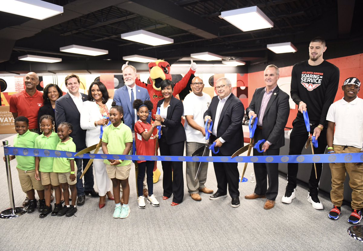 """It's a great day in our city! Mayor @Keishabottoms joins representatives from the @ATLHawks, @StateFarm, and @atlcouncil to cut the ribbon on Atlanta's first """"Good Neighbor Club"""" inside the William Walker Recreation Center. #OneAtlanta"""