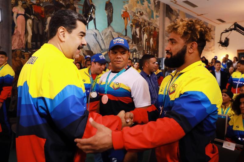 Entregué a los atletas medallistas de los Juegos Panamericanos Lima 2019, la Orden Francisco de Miranda. Un merecido reconocimiento a su esfuerzo y perseverancia para llevar a lo más alto del podio el tricolor nacional. ¡Felicitaciones Muchachos y Muchachas!