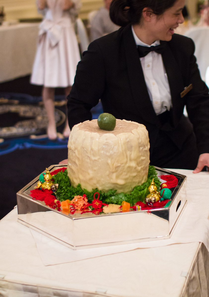 崎陽軒の巨大シウマイ。友人の結婚式で食べました。新郎新婦がシウマイカットすると中から子シウマイがたくさん出てくるの。
