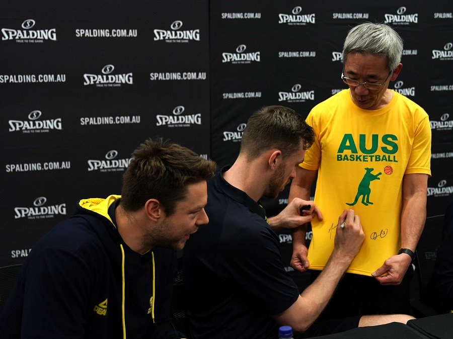 ICYMI | The Boomers took the opportunity to meet some of the fans yesterday at @rebelsport in Perth! @Spalding   #BoomersCanada tips off tonight in Perth at 5:30pm! (7:30pm AEST) Tune in via @SBSVICELAND! #GoBoomers https://t.co/5Yr5NYRr3m