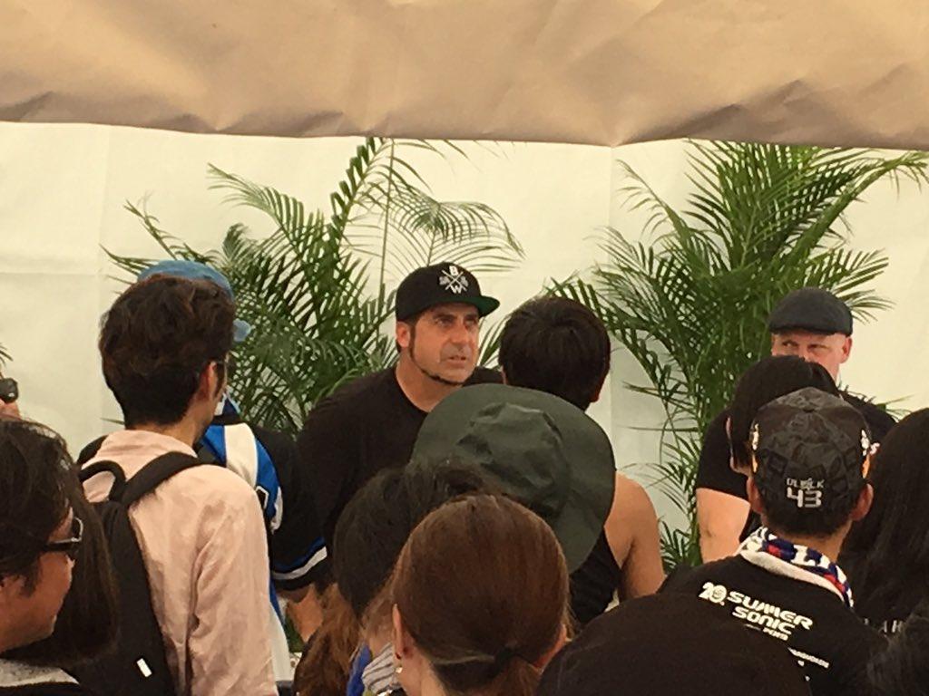 サマソニ大阪で出演キャンセルになったゼブラヘッドがサイン会を開催している画像