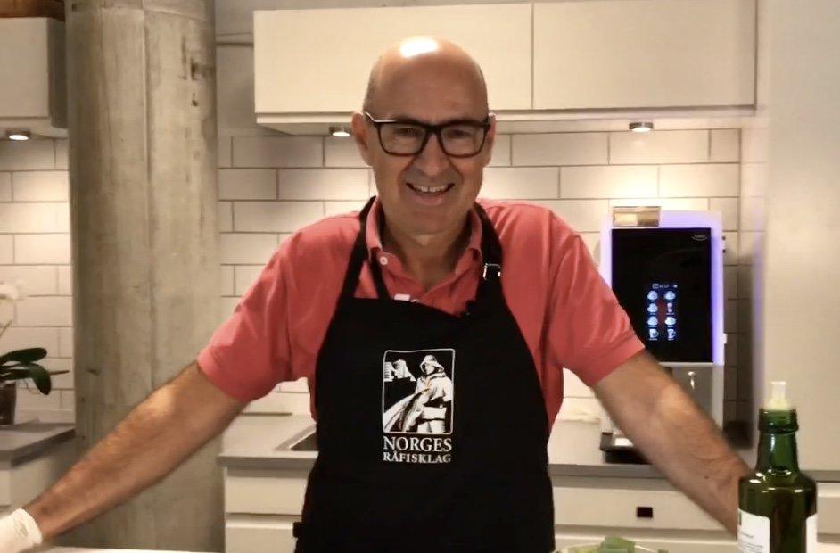 Sjefen i Råfisklaget briljerer med en sommerfavoritt: tørrfisksalat! Sjekk ut hvordan den lages her 👉 bit.ly/2MhNBbj @sohaugland