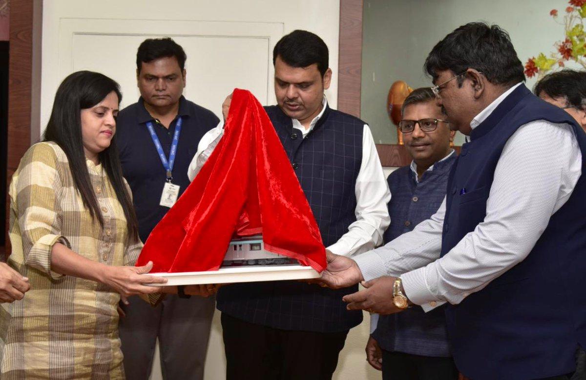 मुंबई मेट्रो रेल कॉर्पोरेशनच्या रोलिंग स्टॉक मॉडेलचे अनावरण मुख्यमंत्री श्री देवेंद्र फडणवीस यांनी आज केले. मेट्रो-३ मार्गाला अॅक्वा लाईन असे नाव देण्यात आले आहे. CM @Dev_Fadnavis unveiled model of rolling stock for #Metro3 at Mumbai. Metro line 3 will be called Aqua line