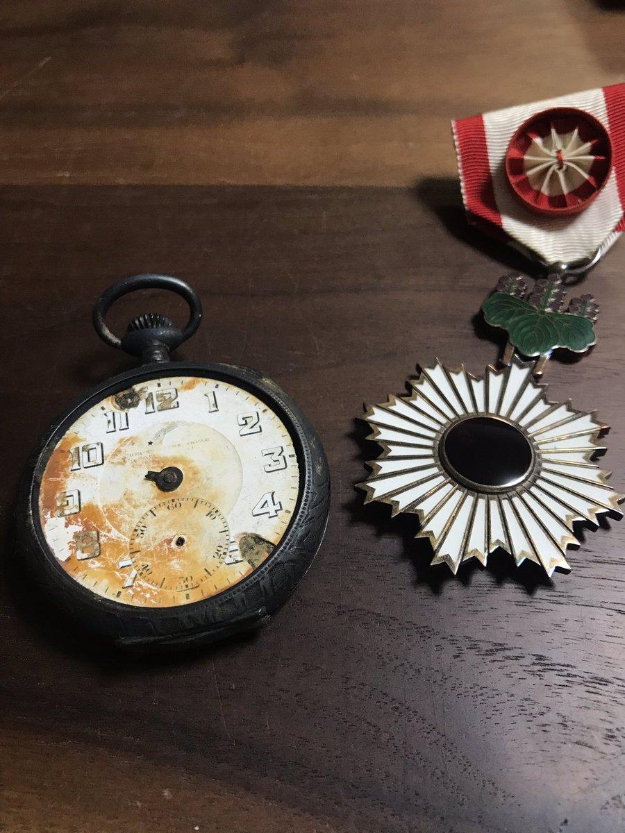 私の祖父はいわゆる英霊だが、遺品として国が送ってきたのは、懐中時計と勲章だけだそうだ。懐中時計は裏蓋を開けると「大久保」と書かれている。もちろん祖父の苗字は井上だ。英霊と持ち上げても、国にとっては個人など区別しなくていい小さな存在に過ぎないと教えてくれる、貴重な遺品である。
