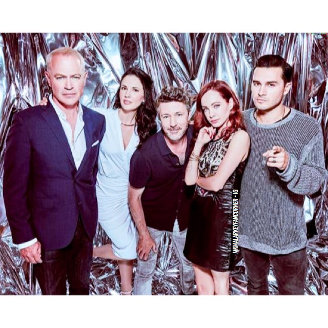 • #BlueBookSDCC ➞ @mkmalarkey + group portrait, 'Comic Con International', San Diego [July 20th 2019] . . I found a new beautiful group portrait of Michael with #AidanGillen , @L_Mennell , @KseniaSolo & @nealmcdonough from #SDCC2019  . . {Original <img class=