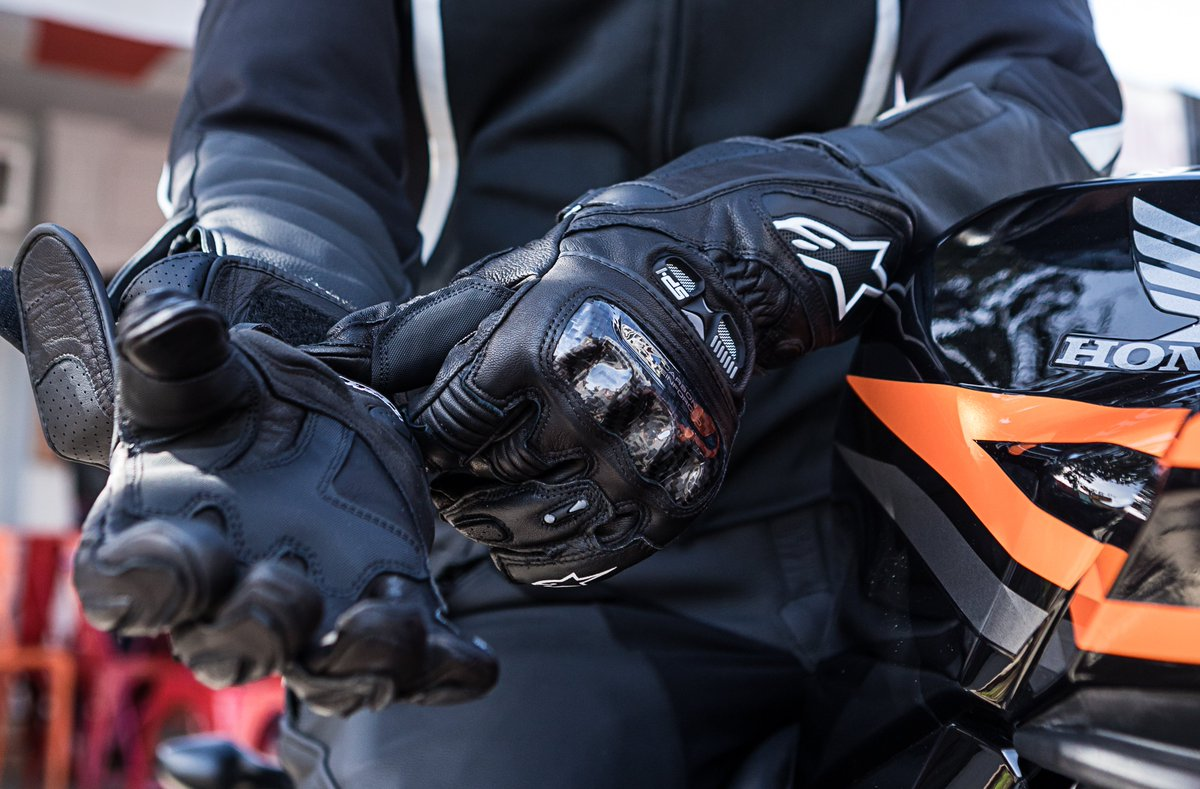 The @alpinestars Stella SP-1 is a multi-panel, gauntlet-style leather glove that features a carbon fiber knuckle guard, our patented finger-bridge and large air vents; perfect for the serious track or street rider ➡️ alpinestars.com/stella-sp-1-le… #Alpinestars | #AlpinestarsProtects