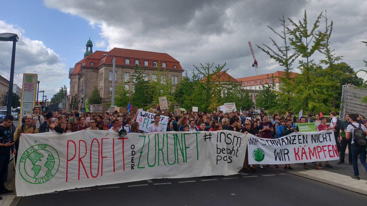 Wir werden nicht zulassen, dass effektiver Klimaschutz durch die Wirtschaftslobby verhindert wird. Deshalb machen wir heute in Köln vor dem Institut der dt. Wirtschaft und in Berlin vor der INSM Lärm! #INSMbedrohtParis
