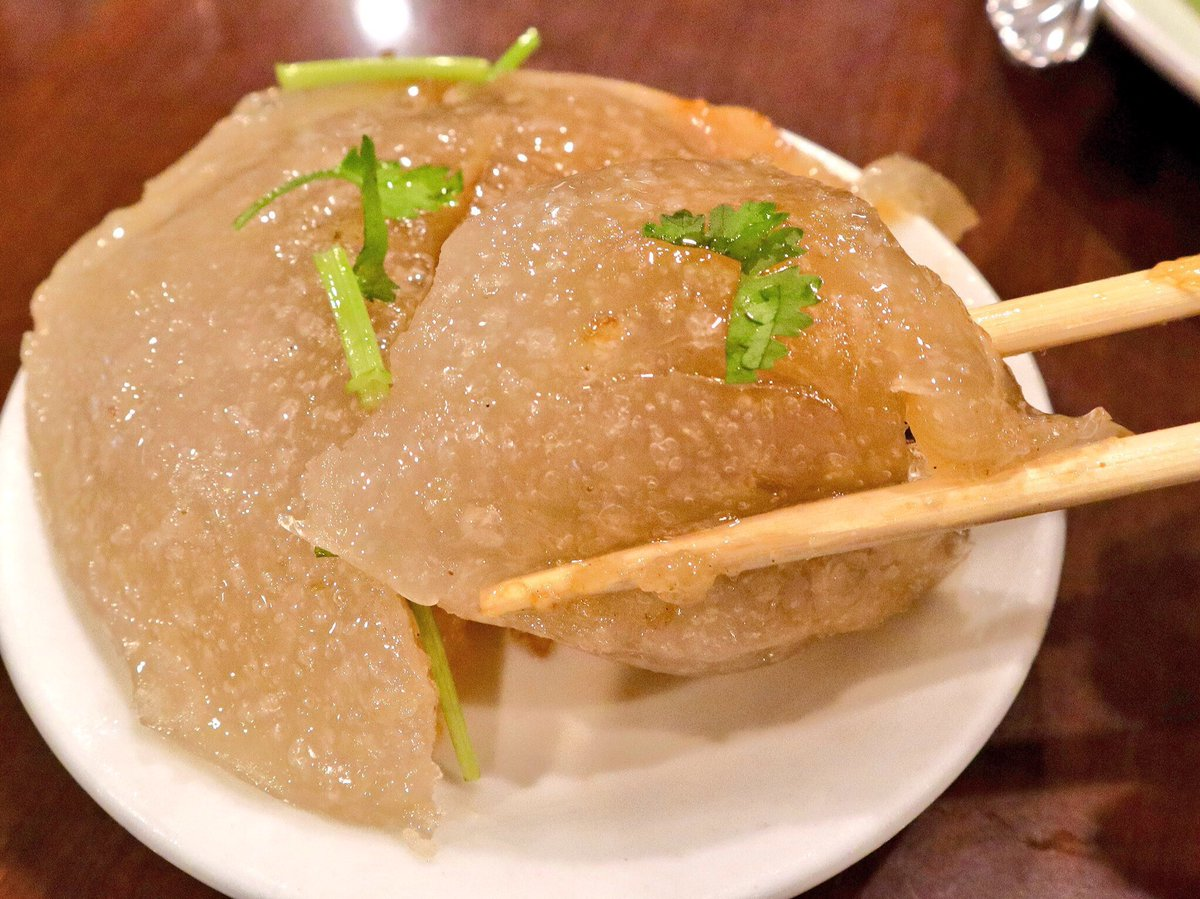 千と千尋でお父さんが食べてたみょーんってやつが、渋谷の台湾料理店「麗郷」で食べられるよ!「肉圓」(バーワン)という料理名で、ぷよぷよとした半透明の皮の中には、筍やお肉、きのこでできた餡がたっぷり入っている!そんでもって中華風の甘辛いタレが肉圓と相性抜群!マジで美味い!