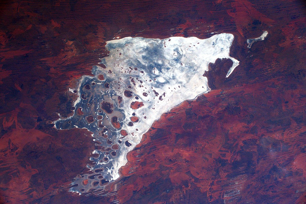 Come gocce di mercurio in un rosso velluto – acqua e sabbia in Australia. / Like drops of mercury on red velvet – water and sand in Australia. #MissionBeyond