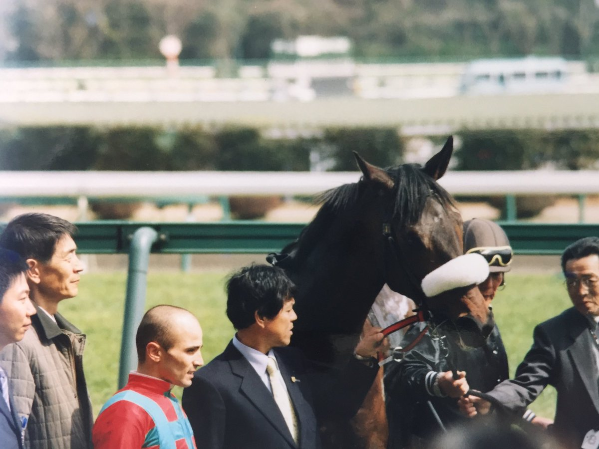 写真は私が生まれて初めて競馬場に行った2004年3月21日(日)に撮影したもの。キャリア後年は障害馬として、今は種牡馬として活躍するヴリルの写真。 表彰式。今見ると国枝師&岡田繁幸さんですね。バルジュー騎手を挟んでのスリーショット。昔の写真を今見ると改めて気づくことが多くて面白いですね。