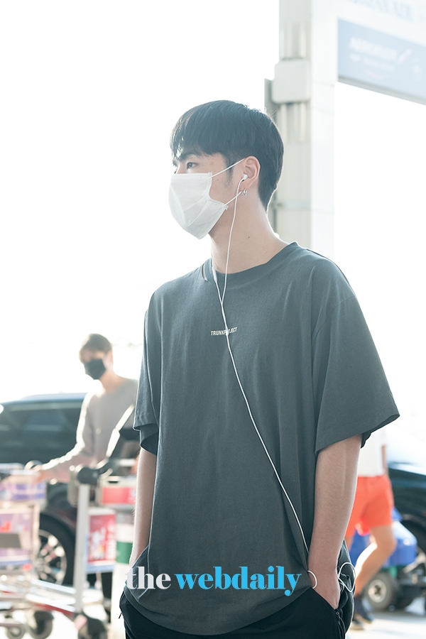@YG_iKONIC [PRESS PHOTOS 📸] 190816 iKON at Incheon Intl Airport, heading to Los Angeles, CA for 88risings Head In The Clouds festival (2) #iKON #아이콘 @YG_iKONIC