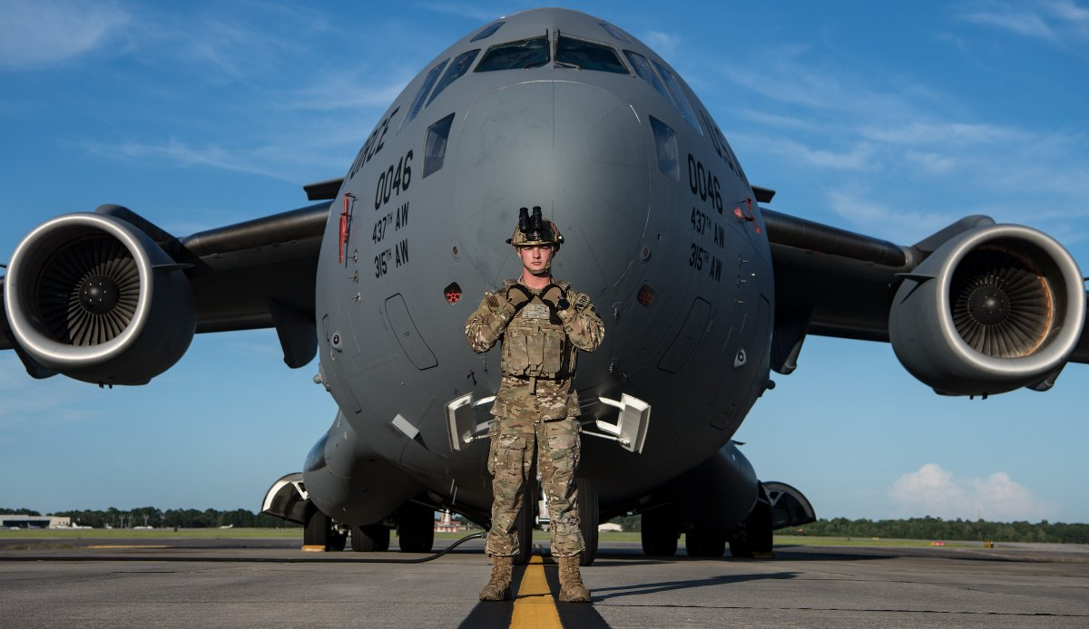 Picture perfect. A @usairforce airman assigned to a forward area refueling point program, poses in front of a C-17 Globemaster III at @TeamCharleston, S.C. The FARP program consists of airmen who provide fuels capability knowledge to rotary & fixed wing aircraft. #KnowYourMil