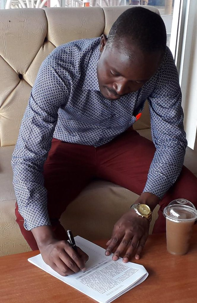 Sammy Musungu, a young doctor who graduated from ELAM, expressed his message of solidarity with Venezuela from Kisumu and signed the document of the campaign against the blockade of Venezuela. #NoMoreTrump #NoMasTrump @CancilleriaVE