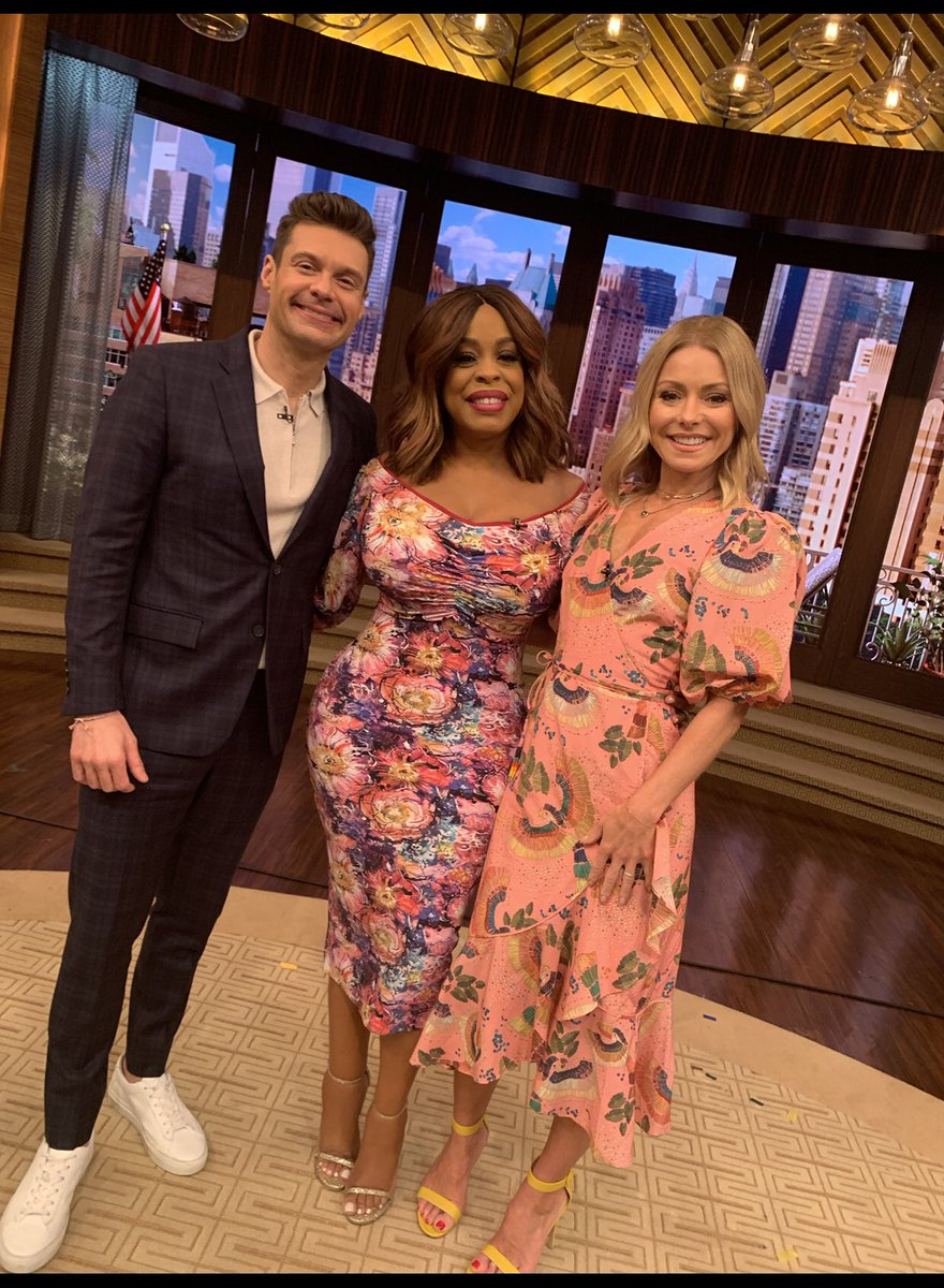 About to hang out with @livekellyandryan ❤️