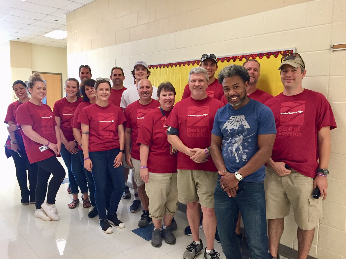 Say hi 👋 to the #LiveUnitedDay @BankofAmerica team out at First Ward Elementary that's helping prepare teachers for a new academic year! 🍎