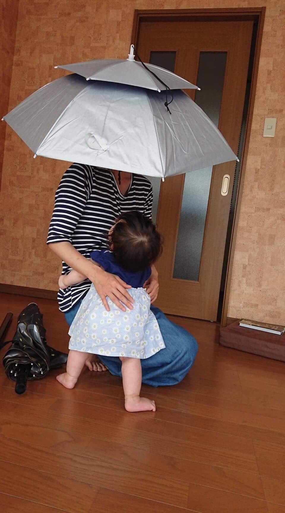 話題のかぶる傘を中国の通販で650円で買った。 ベビーカー押しながら日傘ささなくていい!両手空いて超快適!令和イチの買い物だった。 ただ問題がひとつあって、みんな口を揃えて「一緒に歩きたくない」と言う。悲しい