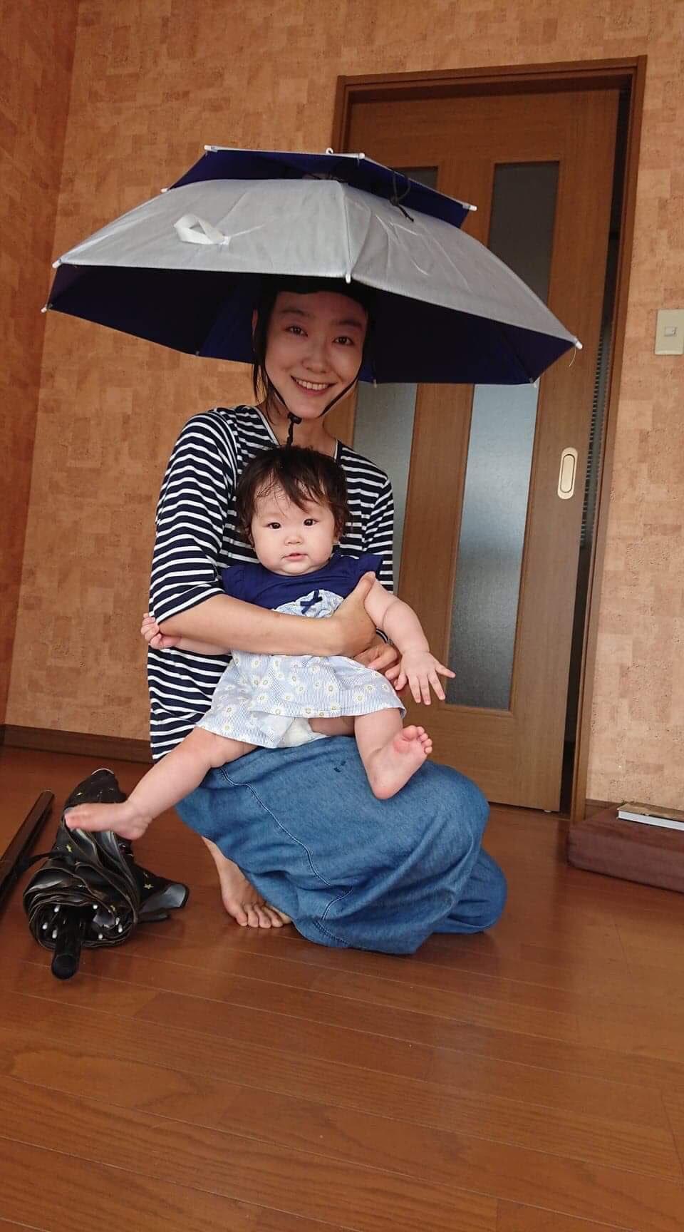 話題のかぶる傘を買って快適に過ごせるのは良いが1つ大きな問題が…ww