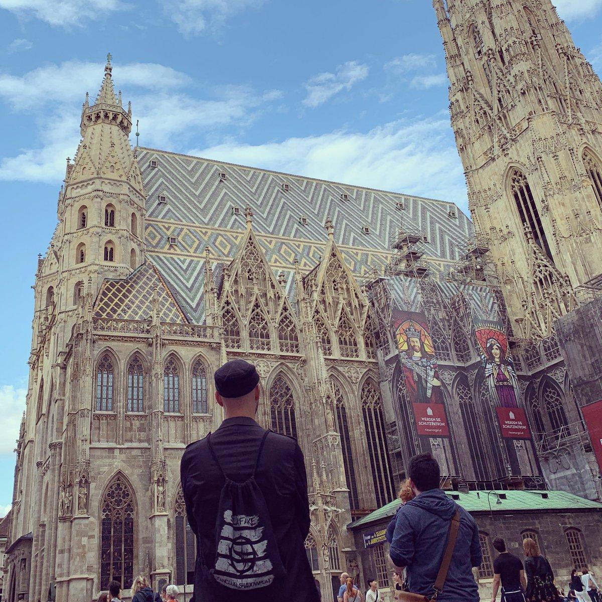 Aus der Reihe: Der Sack ist unterwegs! Shadowplay e. V. grüßt aus Wien!  Vielleicht finden wir hier gleich ein paar neue Mitglieder? Wer weiß... #shadowplay #shadowplay_ev #wien #vienna #stephansdom #solarfakeofficial #solarfake #zeraphine #zeraphinebandpic.twitter.com/FPDzSId104