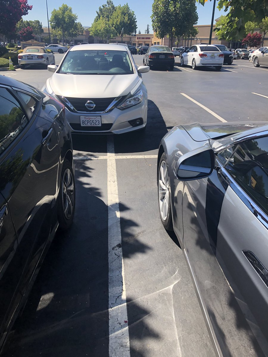 #parkingfail #badparkingfail idiots... and no, there are no other cars parked on the left sode of that Mercedes<br>http://pic.twitter.com/vFivBI2ShA