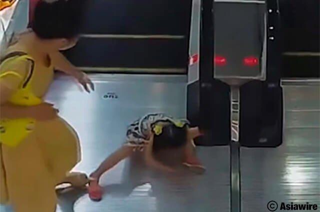 Terrible accidente: niña olvidó soltar baranda y escalera eléctrica se le tragó la mano >>> https://buff.ly/2Z8hMn6