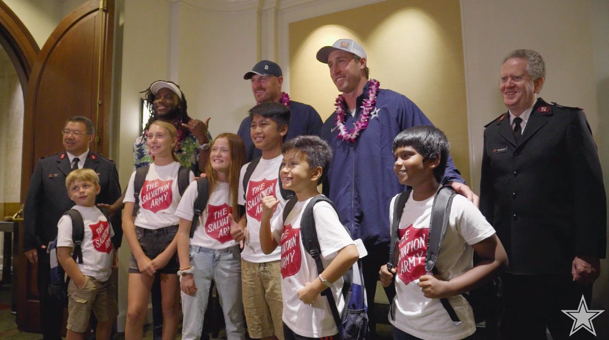 Watch as the #DallasCowboys teamed up with @SalvationArmyUS in order to provide backpacks to local youth in Honolulu. 🎒🤙 #CowboysHuddleFor100