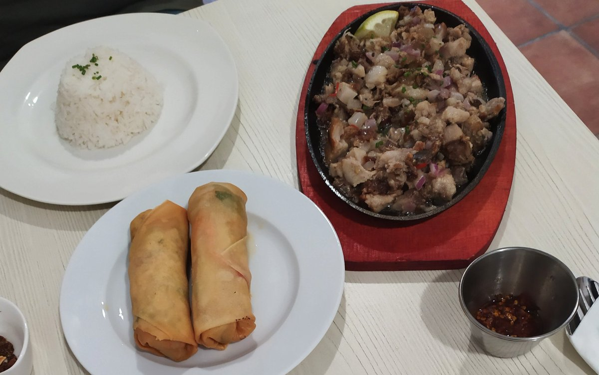 Sizzling Sisig, lumpias vegetales, arroz con leche de coco y mango y plátano caramelizado, comida auténtica filipina en el Pópulo de Cádiz, Restaurante Vin Vins
