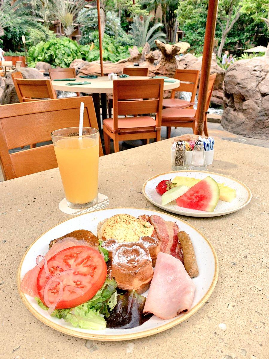 ミッキーと写真撮ってマカヒキで朝ご飯食べた😋神席でした🙌