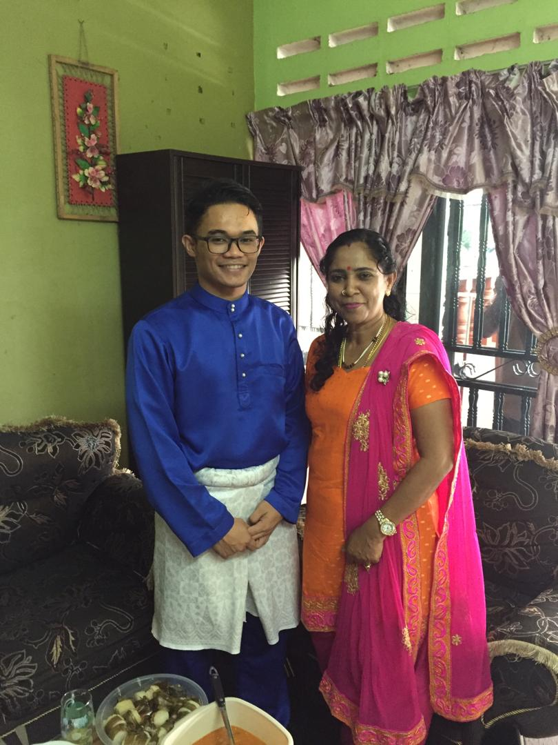 This is my teacher since primar4th school. She's indian. I'm malay. She's one of my inspirations in becoming a teacher.   Time raya, dia dtg rumah. Time deepavali, i dtg rumah. (kalau xde halangan).   She respects me, I respect her. That's the key. RESPECT.  #MalaysiaUnites<br>http://pic.twitter.com/KK4m3Y9w2A