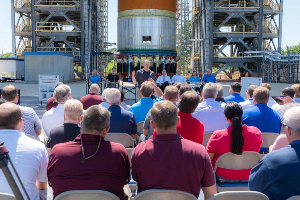 An exciting day at @NASA_Marshall today as @NASA Administrator @JimBridenstine announced the center's new role in leading the agency's Human Landing System Program for its return to the Moon by 2024. MORE >> go.nasa.gov/2Zbacwm