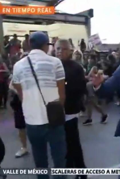 Esta persona vestida de negro fue quien Incito al agresor a golpear al reportero de @adn40, Autoridades @PGJDF_CDMX @SSP_CDMX @UCS_GCDMX hay que checar bien el video  @CDHDF @CNDH @mpicdmx @article19mex