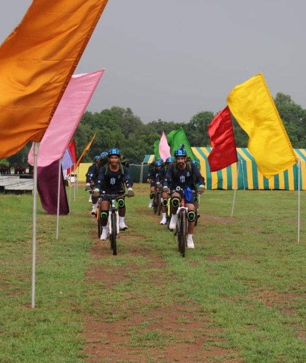 #IndianArmy  Team of #SudarshanChakra Corps commenced the #CycleExpedition with an aim to promote national integration. Expedition flagged off from #Gwalior, will cover #Bundelkhand region of #MadhyaPradesh. https://t.co/eNLmqi0NPI