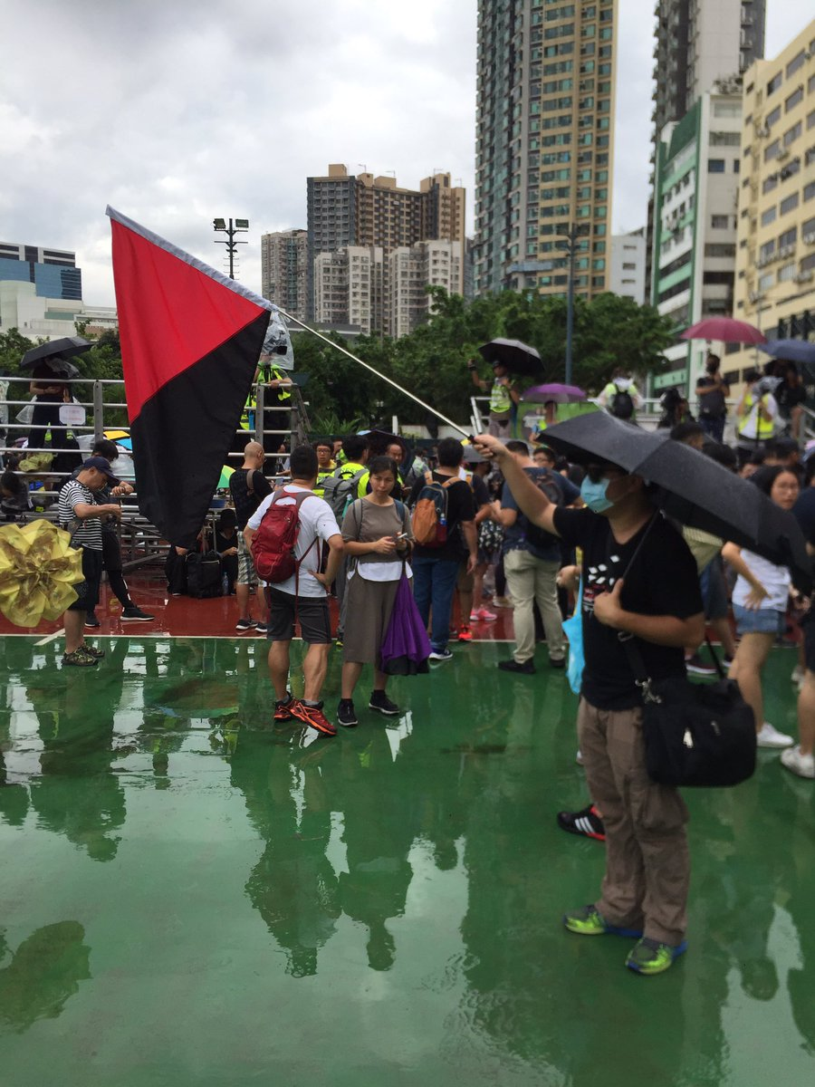 At the To Kwa Wan march, an anarcho-syndicalist flag. A nice change from British colonial and US flags that get disproportionate media attention. #hongkong #antiELAB https://t.co/SjCpuR6RF4