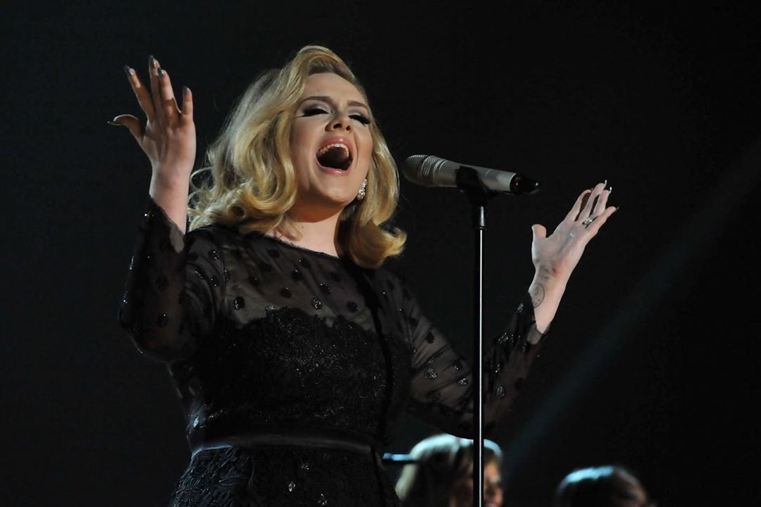 """Via @RecordingAcad It's not everyday that you win six #GRAMMYs in one night, but @Adele did at the  54th GRAMMY Awards in 2012.  That night she gave a standing ovation performance of """"Rolling In The Deep"""" that had the audience in awe.  #GRAMMYVault<br>http://pic.twitter.com/oBuio375LH"""