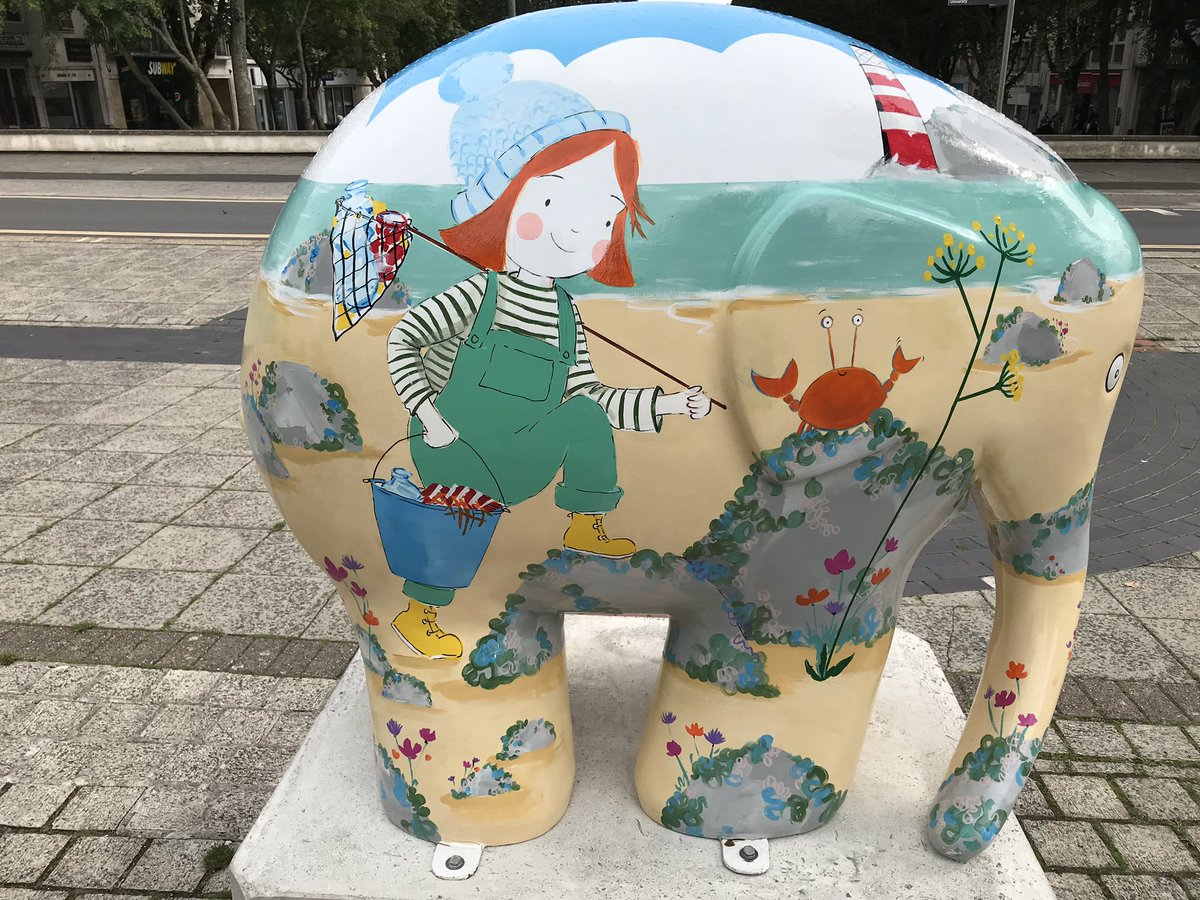 Had a great time walking round Plymouth on Thursday. Loved the @ElmerPlymouth elephants. Here is @fionalumbers right by the library @AndersenPress