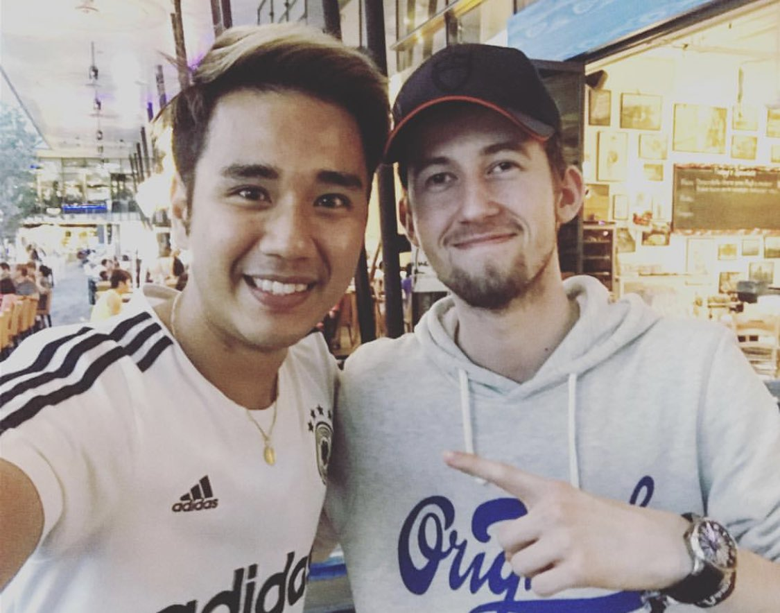 Meeting @IAmAlanWalker is slowly becoming a yearly occurrence. 2016 - before Zoukout when I recognised him at a random pizza joint I was dining at 2018 - after a @987fm interview with Sonia 2019 - and just last night before his set at #MarqueeSingapore