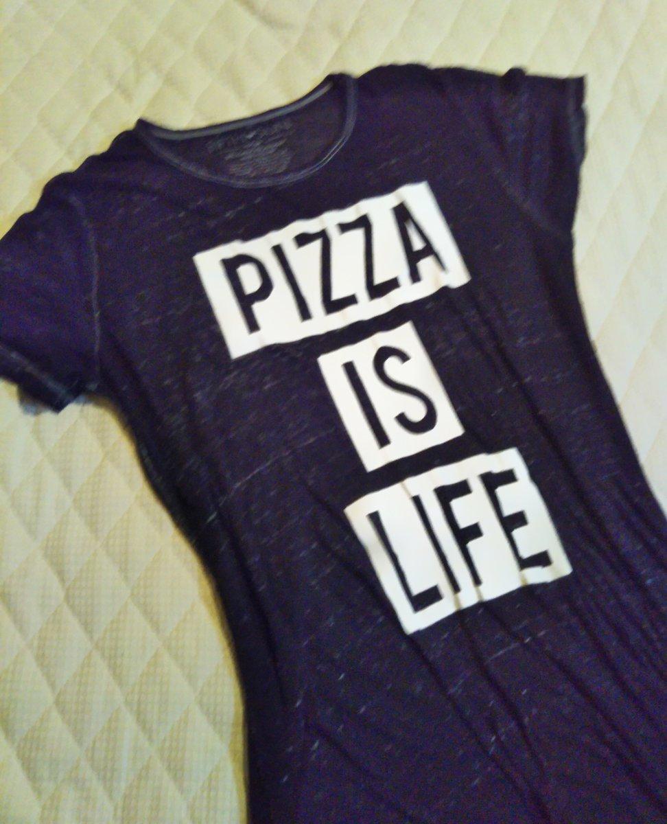 今日買ったTシャツ。これ着ていくから誰かピザ屋さそって。