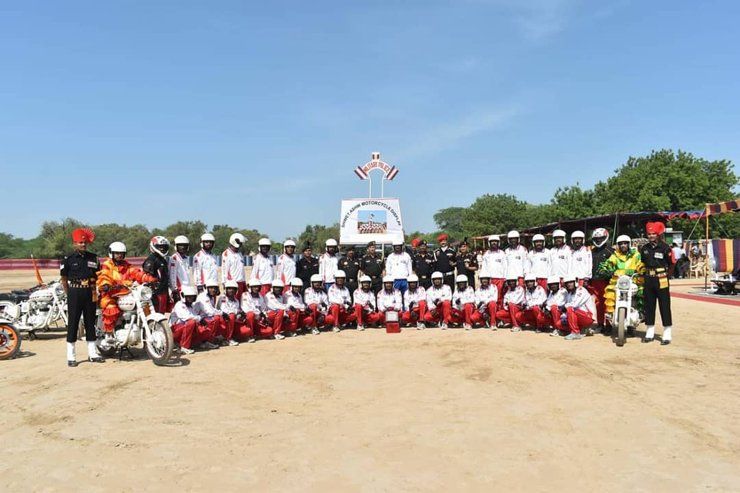 #AmoghDivision organised motorcycle display by #ShwetAshw team. 2500 students from various schools witnessed the inspiring event.  #IndianArmy https://t.co/Mgr4SaxIiC