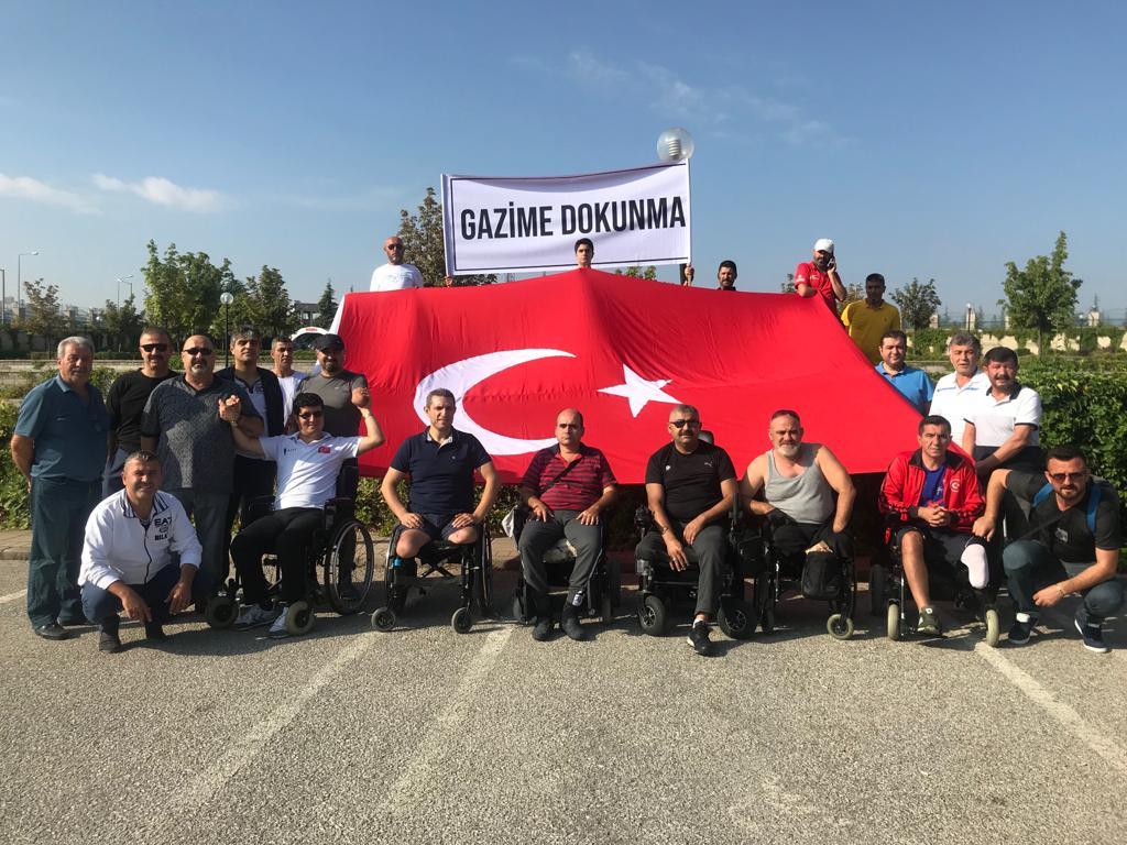 Tamamı Gazilerden (kaderdaşlarımdan) oluşan grup, saldırıya uğrayan Gazi Ömür Karamana desteğe ve yüce Türk milletini Gazime Dokunma pankartı ile duyarlılığa çağıracaklar. #GazimeDokunma