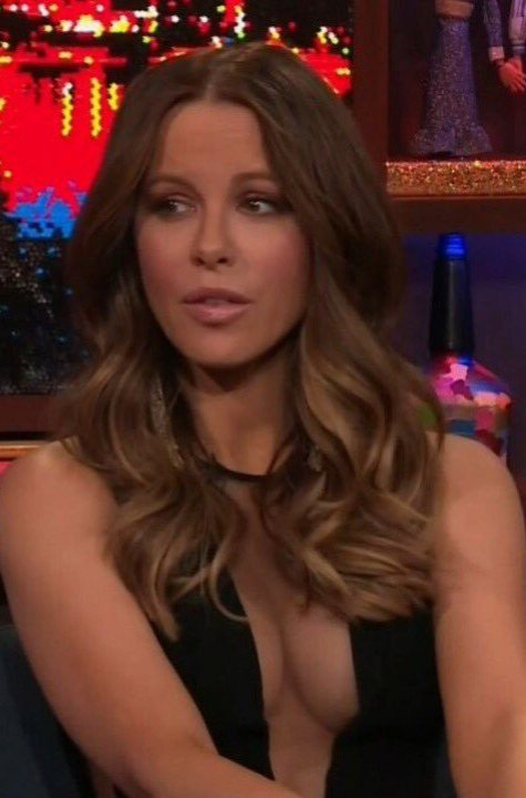RT @luckyjo25810874: Kate Beckinsale sexy cleavage https://t.co/NjdnKKQTbN