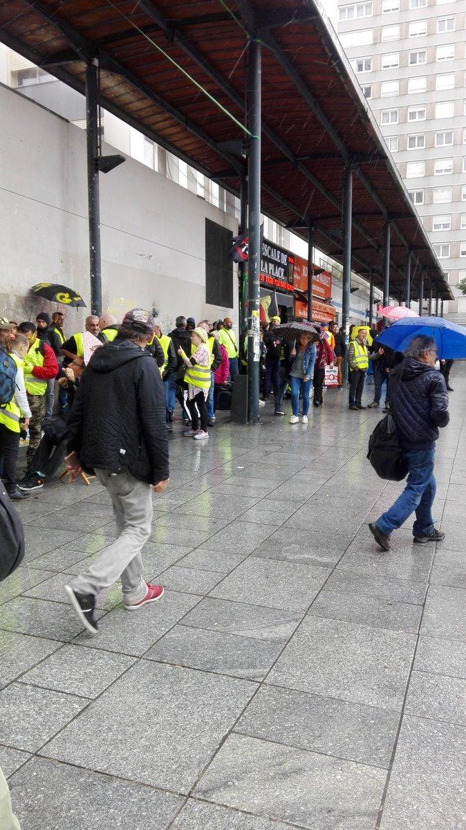 Les #GiletsJaunes sont sur un coin de la place à labri ou équipés contre la pluie. « Macron démission, Castaner en prison peut on entendre au mégaphone » #Acte40