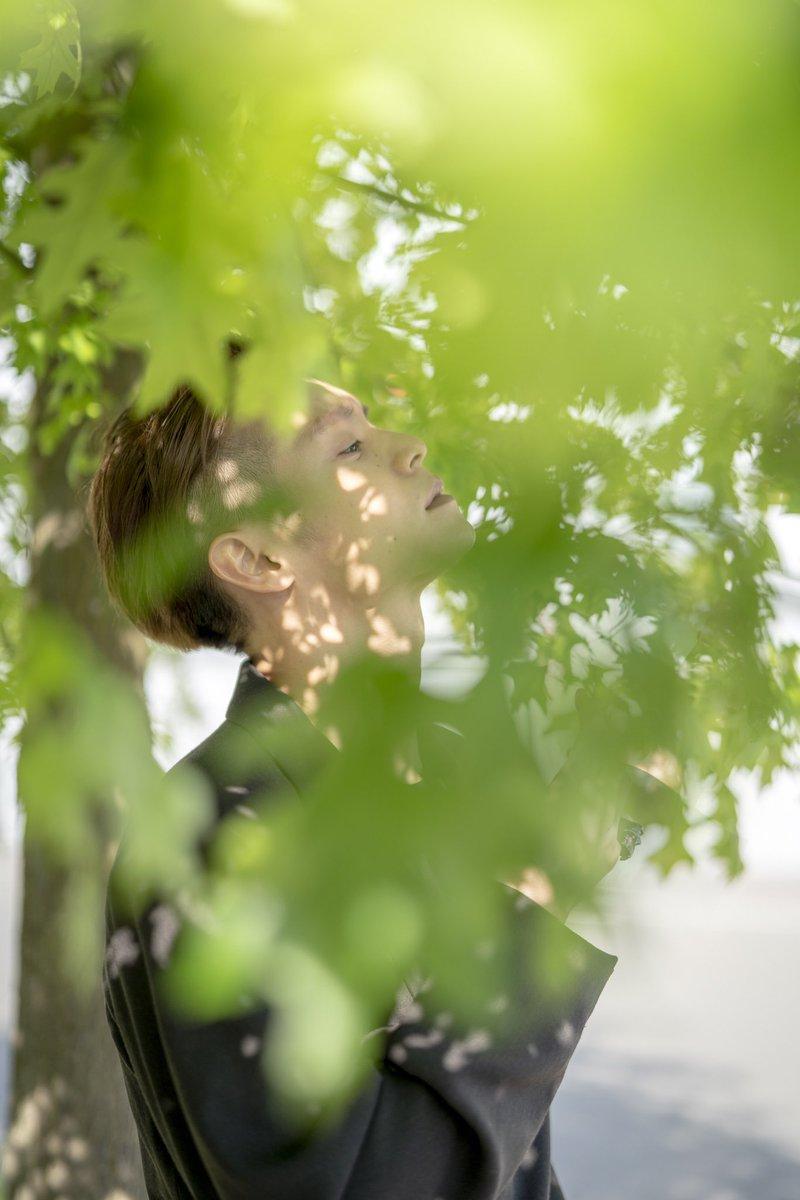 """皆さんこんばんは🌛9月カレンダーの発売日は8/20(火)です!9月はパリで行われた映画『#東京喰種 トーキョーグール【S】』プレミア試写会密着企画第2弾!休憩時間に撮影された、木漏れ日の中に佇む姿や柔らかな笑顔が神々しい""""窪田正孝×齋藤陽道の真骨頂""""と言えるカレンダーです! #窪田正孝 #齋藤陽道"""