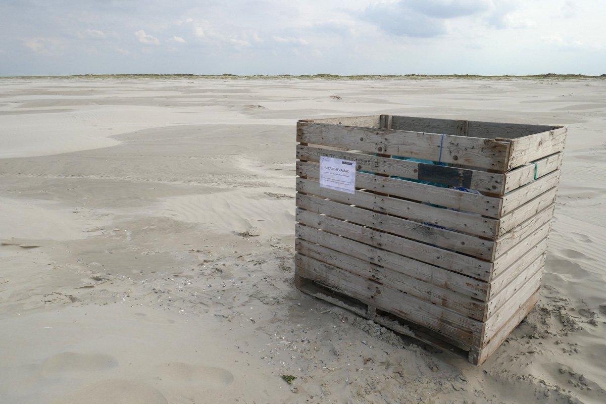Op het strand van Schiermonnikoog hebben de @gemeenteschier en @Natuurmonument bakken neergezet voor afval uit zee. Gisteren een uurtje nuttig besteed. Een gemeentemedewerker haalt het vuil in eigen tijd op. Goed initiatief als vervolg op de #beachcleanuptour van @denoordzee 1/2 https://t.co/Dkt5TjtkLB