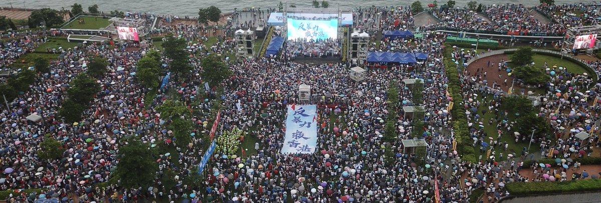 """""""起來,不願做奴隸的人們,把我們的血肉築成我們新的長城……""""17日下午5時,香港添馬公園,當雄壯激昂的中華人民共和國國歌響起,數十萬香港市民揮舞起手中的國旗和香港特別行政區區旗,齊聲高歌。 https://t.co/TXV5VxcSzn"""