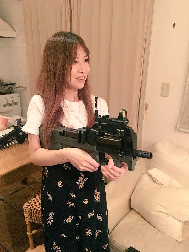 サラちゃんのご実家にお邪魔して、パパさんのご趣味のサバゲーの銃を持たせてもらいました!サラちゃんの目がサイコキラーの目をしてて笑いました。