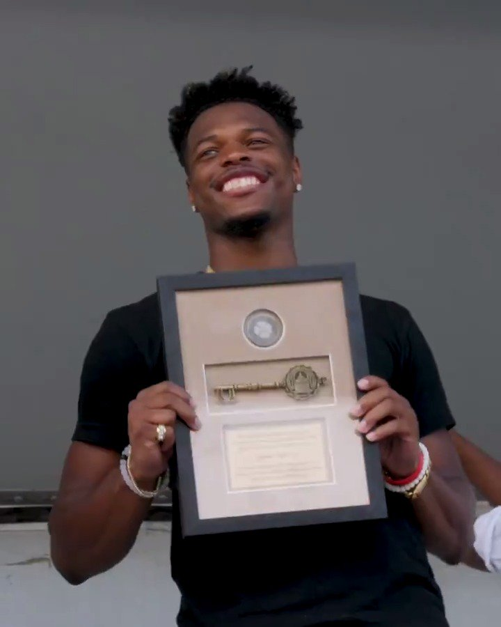 Its almost like the feeling of being drafted. Its the highest honor for the city. The residents of Fayetteville, NC presented their very own @dennis1smithjr with the key to the city last week 🔑 Congrats, Dennis 🙏