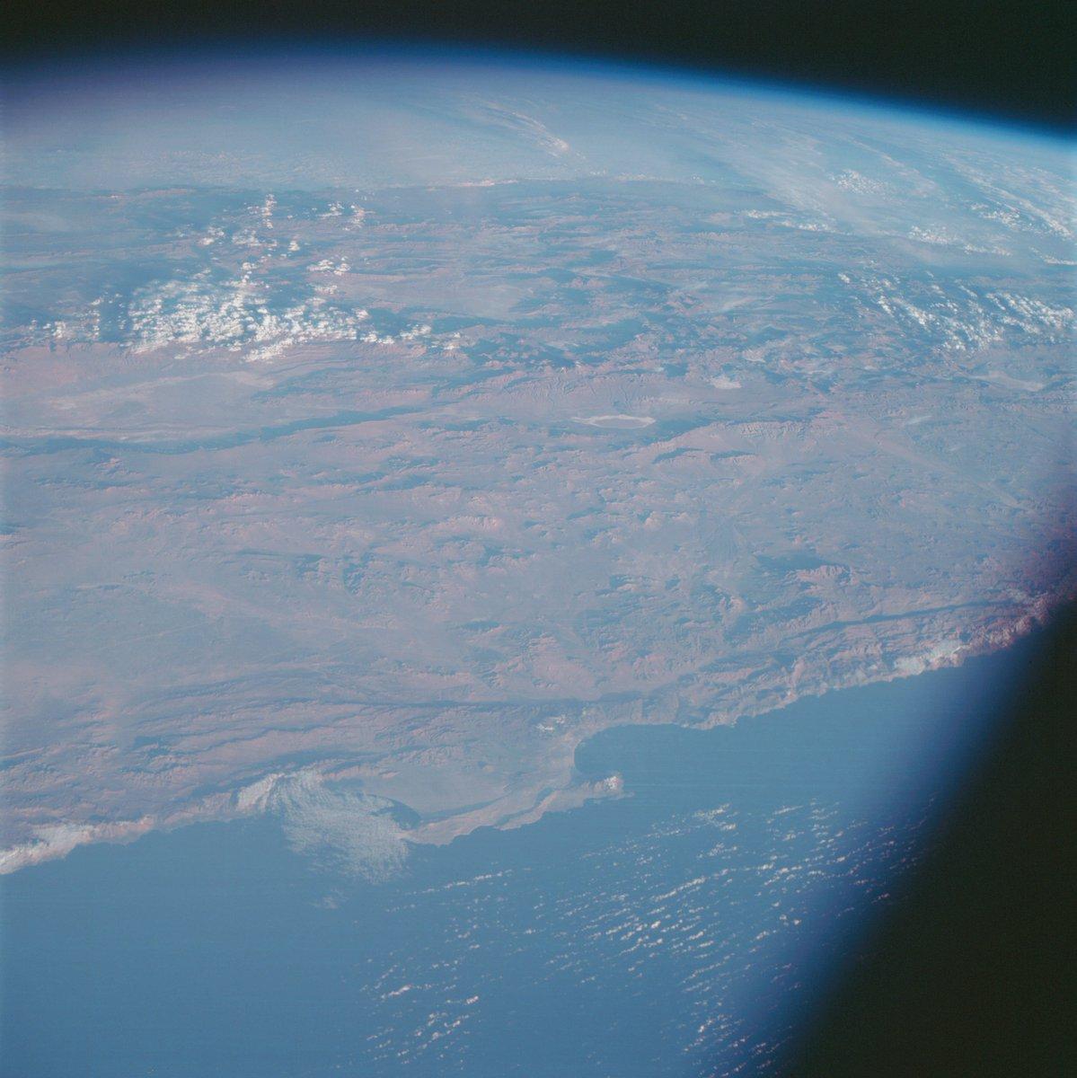 Esta vista de América del Sur fue fotografiada desde la nave espacial Apolo 7 La ciudad portuaria de Antofagasta, Chile, el pico andino del volcán Llullaillaco, a la izquierda se encuentran las minas de cobre de Chuquicamata y las Grandes Llanuras conocidas como el Gran Chaco.