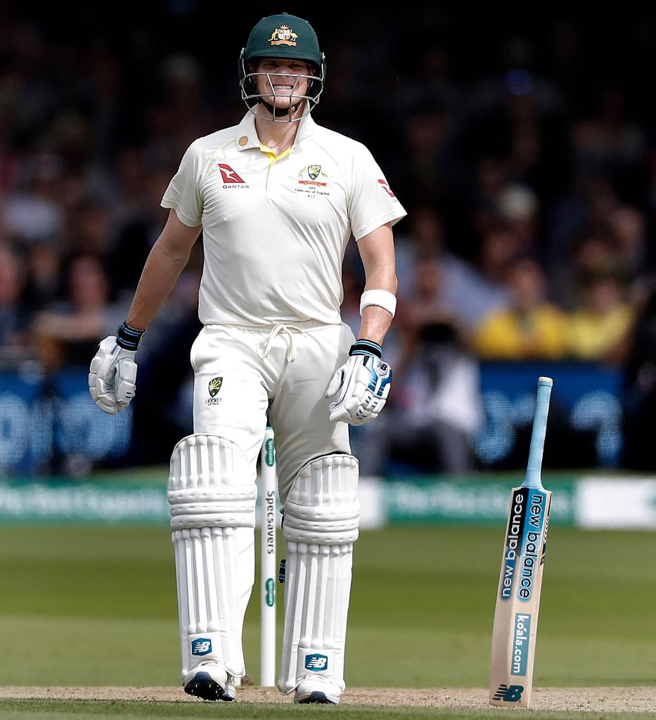 The many talents of Steve Smith! Standing a bat up with no support 😱 #Ashes